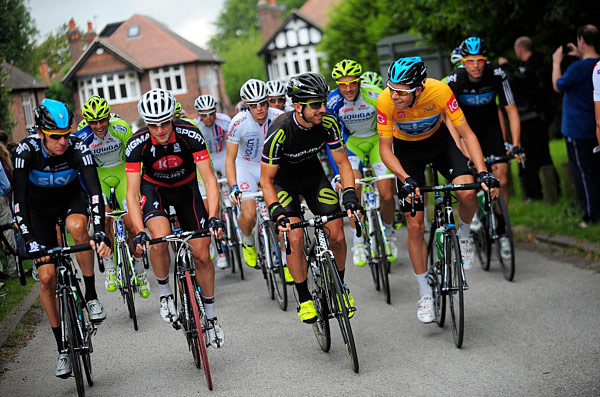 Having a chat (left) with Wiggins at the start of stage 2 (Photo: www.velouk.net)
