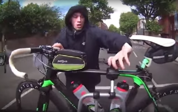 Video: Cyclist caught trying to steal bike from car in traffic