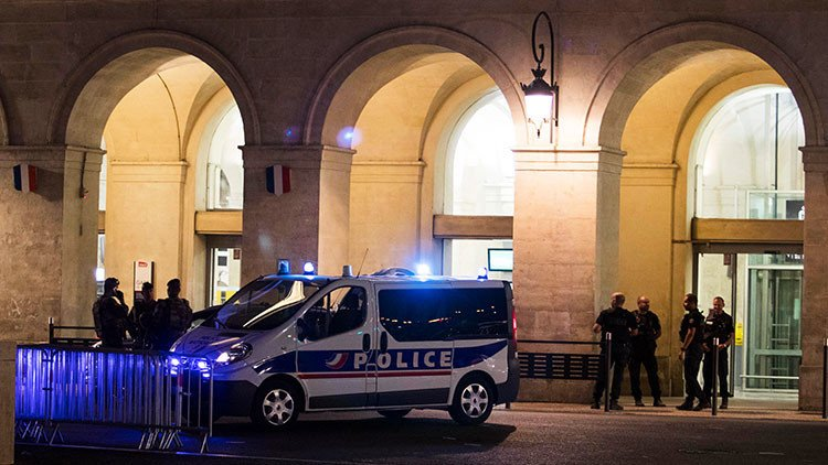 Thumbnail Credit (stickybottle.com): A major police operation began in Vuelta host city Nimes. It has concluded with one arrest and the police denying reports that any shots were fired.